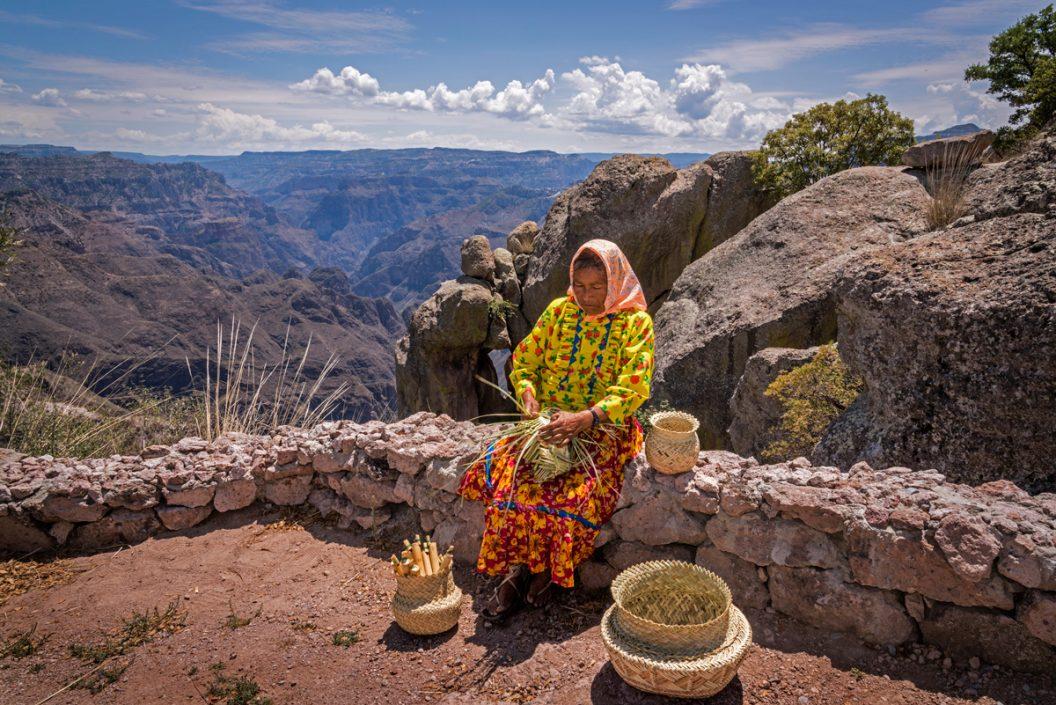 Mujer Tejiendo - Rodolfo Lara - México